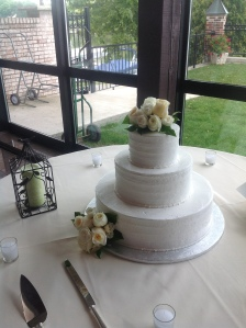 bel-aire-white-flowers-on-cake